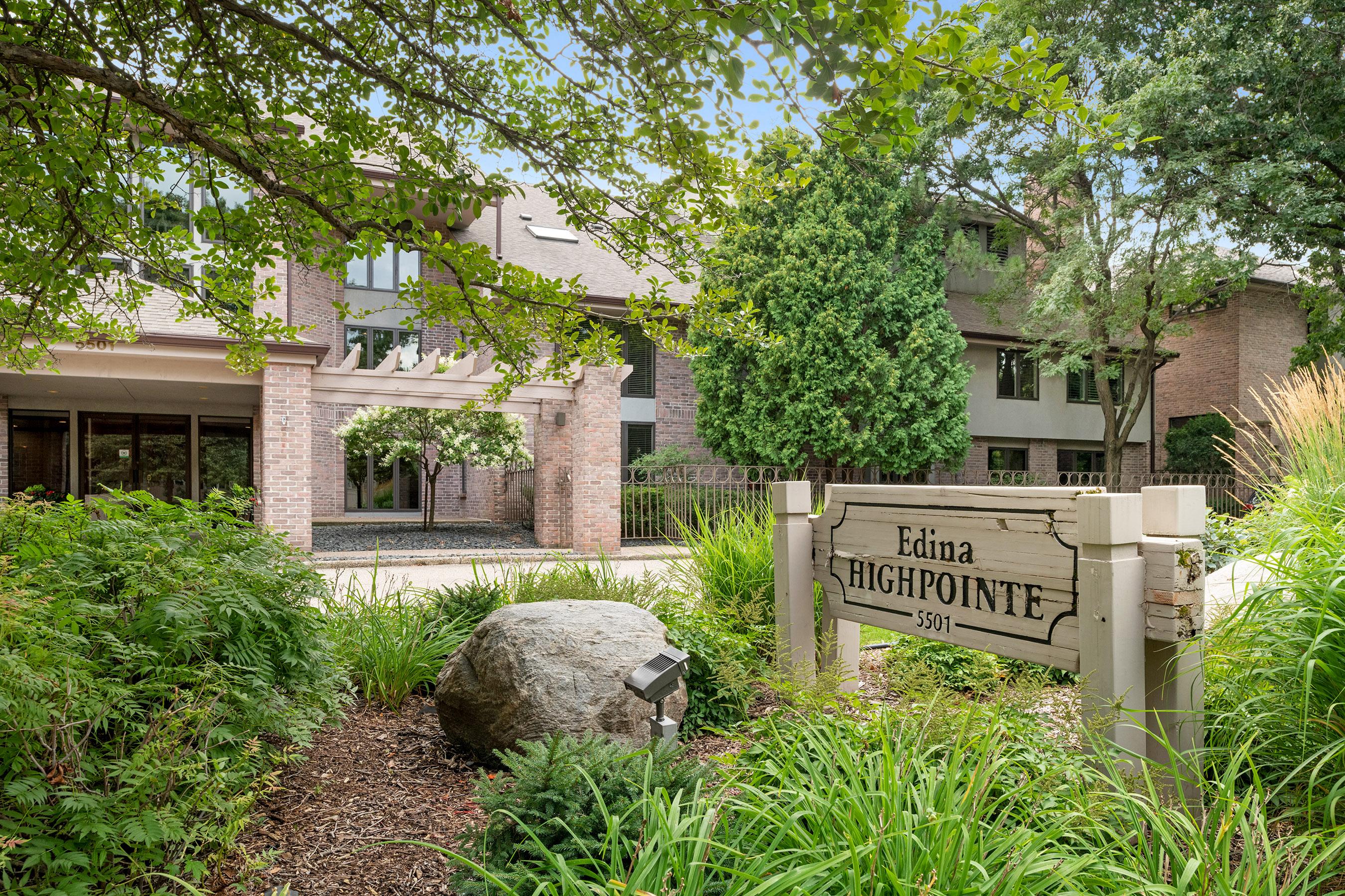 The Edina Highpoint Condominiums are in a convenient Edina location